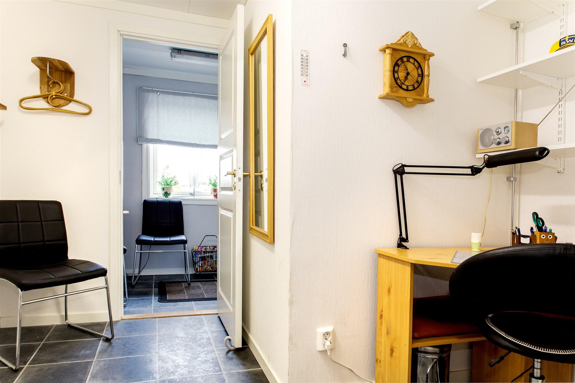 Kontor/gästrum i källarvåning.