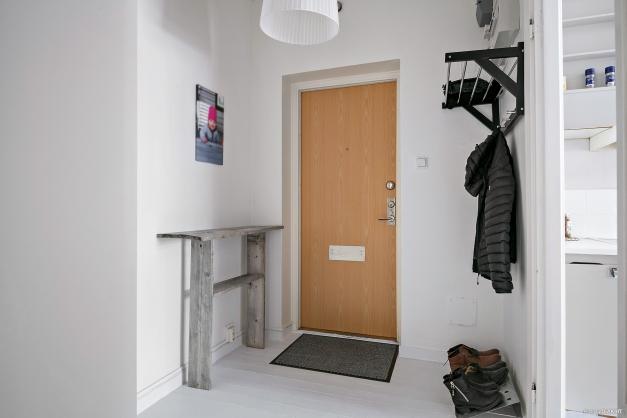 Hall med plats för ytterkläder och 1 garderob.