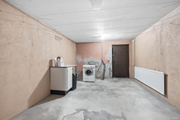 Tvättstuga i källarplan samt källaringång