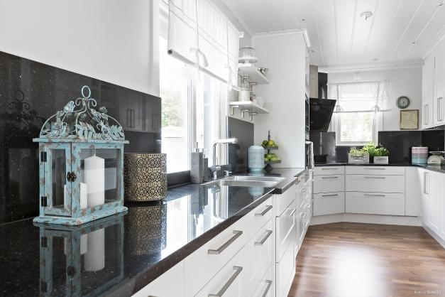 Kök med gott om arbetsytor i granit