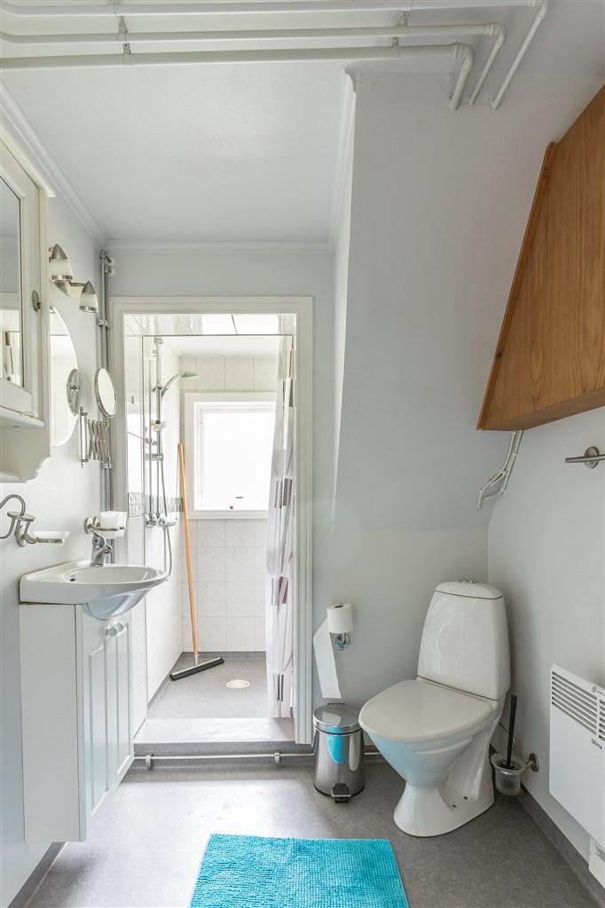 Fräsch duschrum med bland annat kaklad dusch!