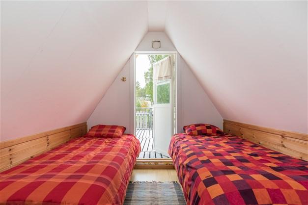 På övre plan finns två sovrum, varav det ena har utgång till balkongen.