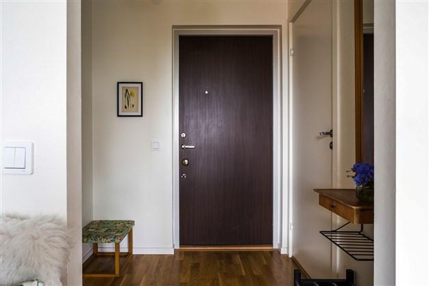 Säkerhetsdörr och hiss i huset