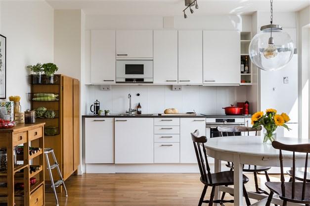 Kök i vitt och svart med snygga materialval