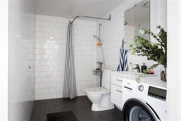 Rymligt badrum med plats för badkar om man önskar