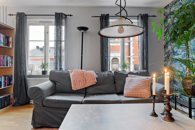 Vardagsrummet har fina fönster mot Södra Kyrkogatan