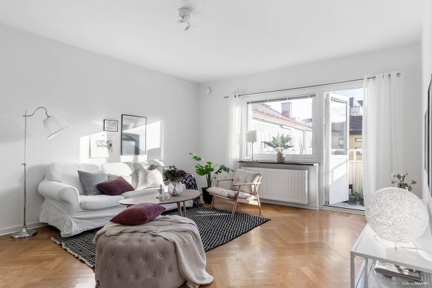 Vardagsrummet är bostadens hjärta med stort fönsterparti, härligt ljusinsläpp...