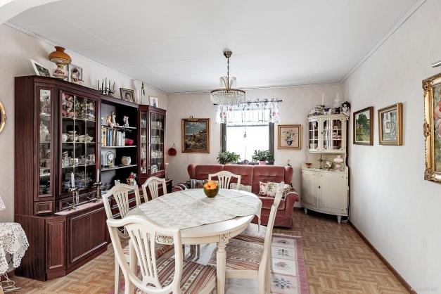 Matrum i öppen lösning med vardagsrummet