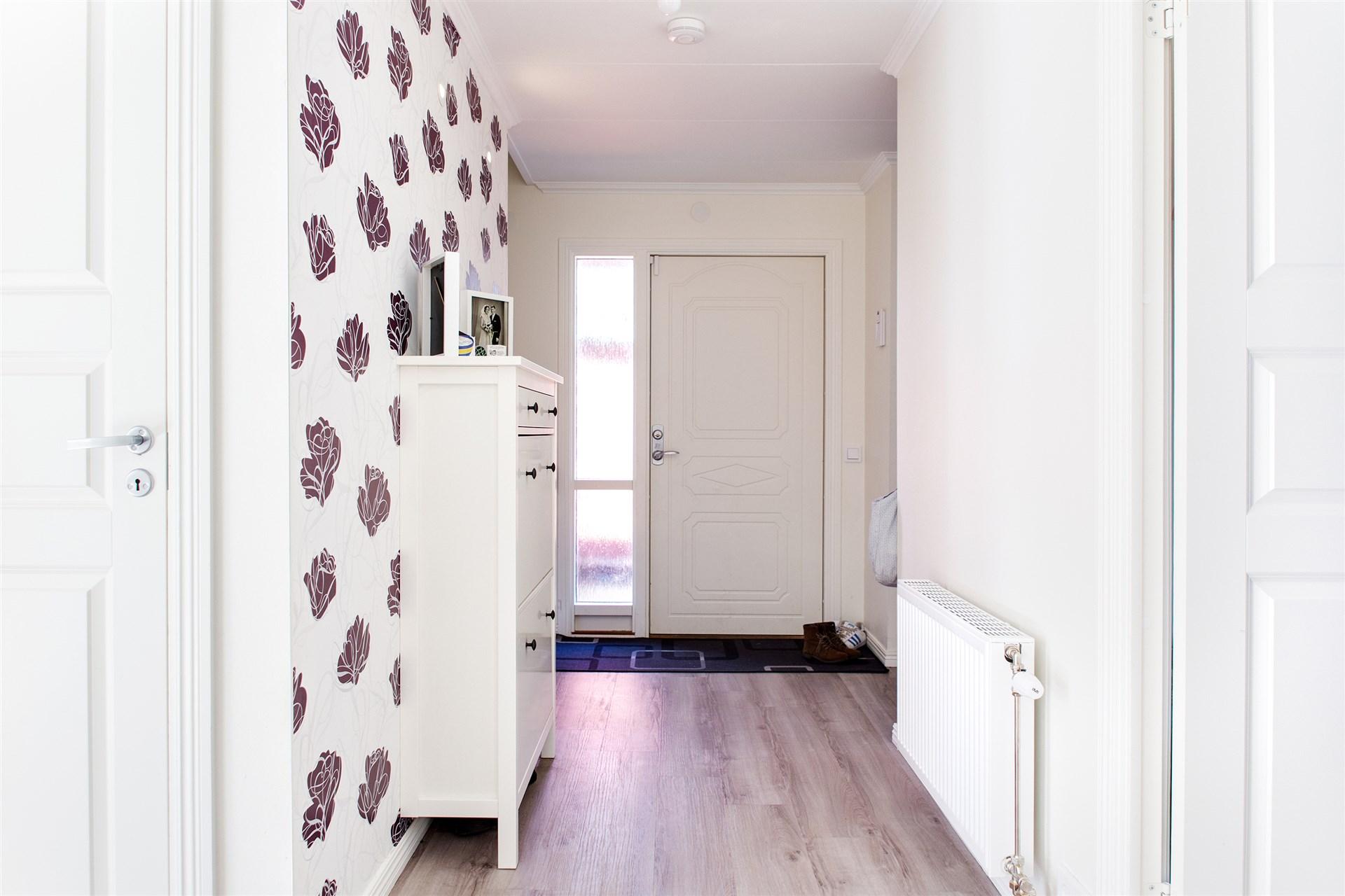 Välkomnande hall - här finns dörr till källaren, trappa till övre plan och dörr till badrummet.
