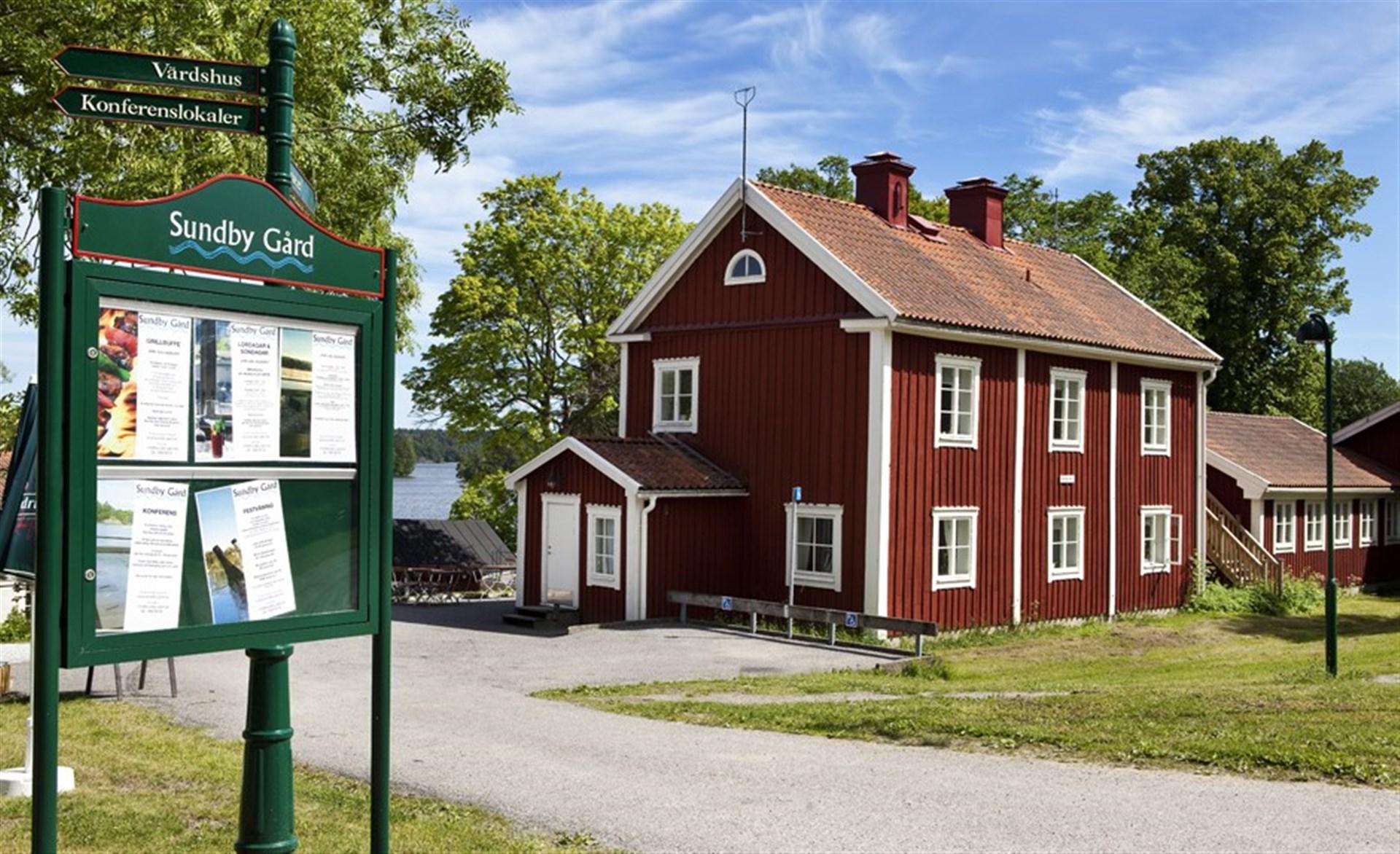 Närliggande Sundby Gård. Perfekt för en picknick, ett bad eller ett besök på värdshuset.