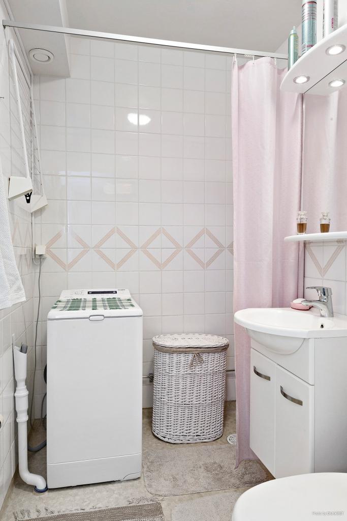 Toalett/dusch med tvättmaskin/torktumlare