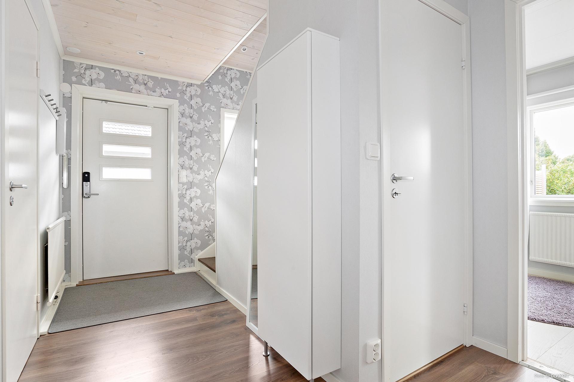 Ljus och trevlig hall med plats för avhängning och trappa upp till övervåning