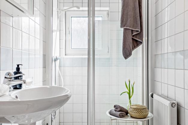 Helkaklat badrum med fönster