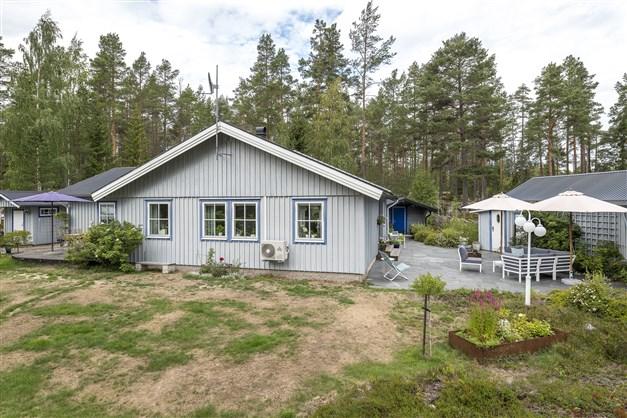 Välkommen till Norrfjärden och Djupvarpsvägen 3 - fin villa nära havet med tillhörande gäststuga, uthus, garage och flera uteplatser!