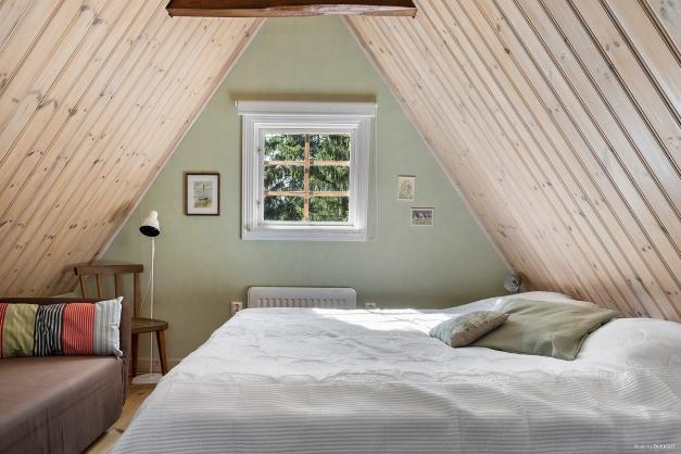 Sovrum på övervåningen med rejäl takhöjd
