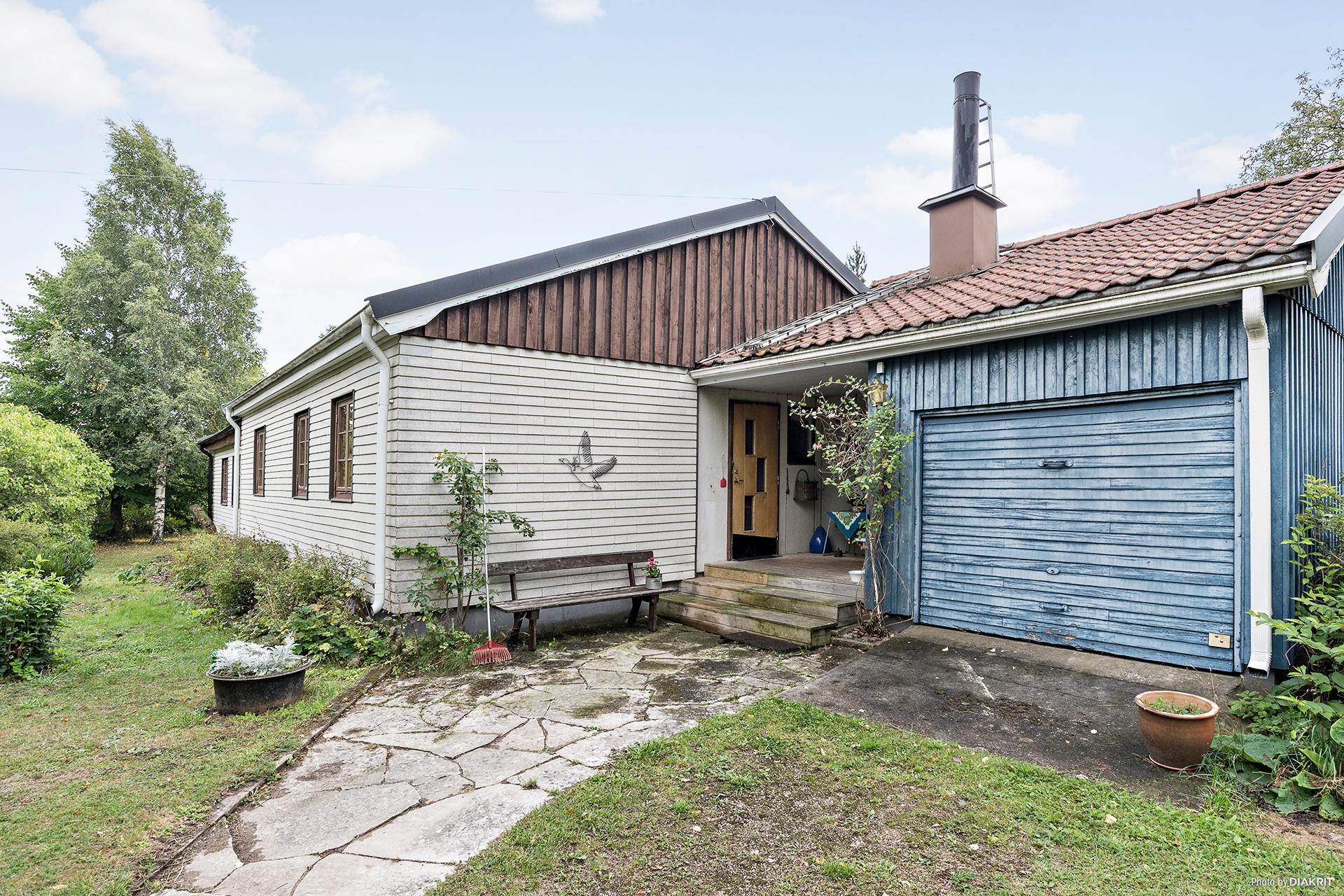 Villan med ingång intill garaget