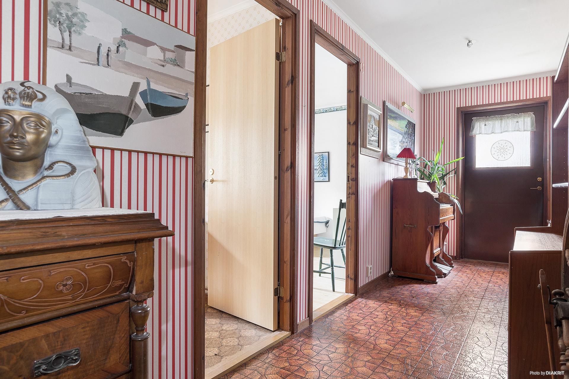 Hall intill sal / allrum och sovrum 4 samt 5 med utgång till trädgården