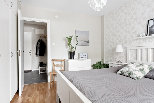 Stort sovrum med inbyggda garderober