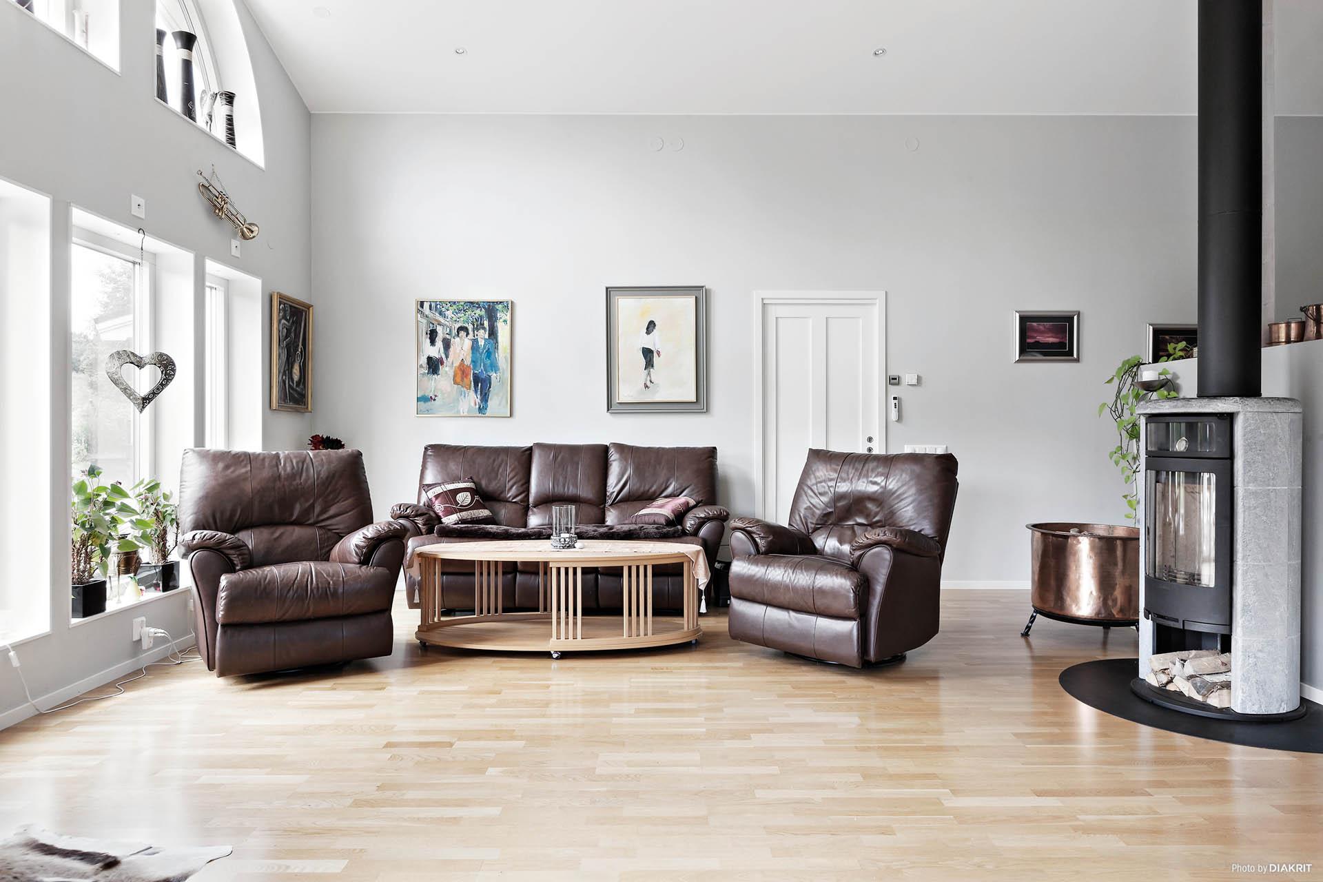 Vardagsrum med roterbar kamin