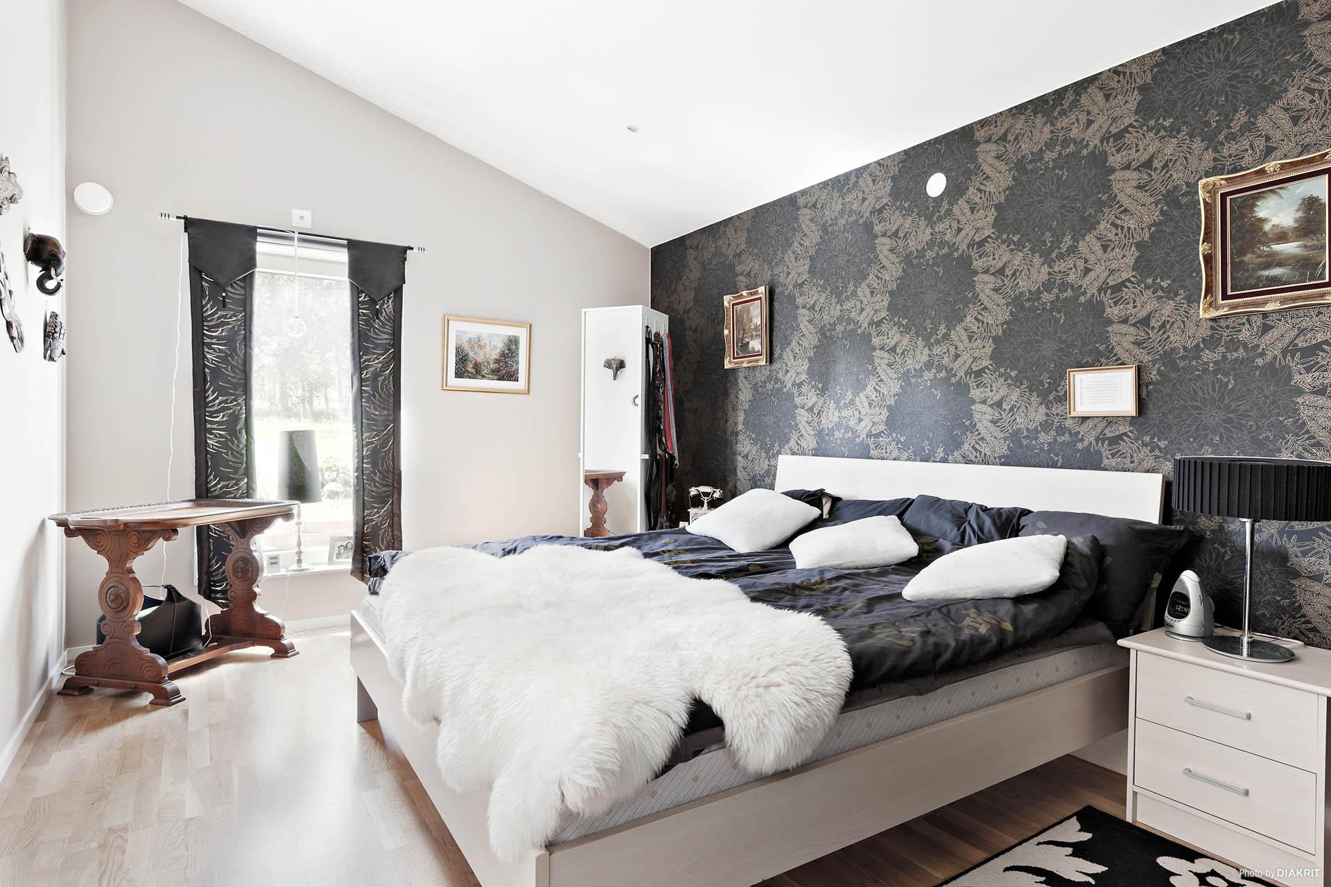 Rymligt sovrum med badrum i direkt anslutning.