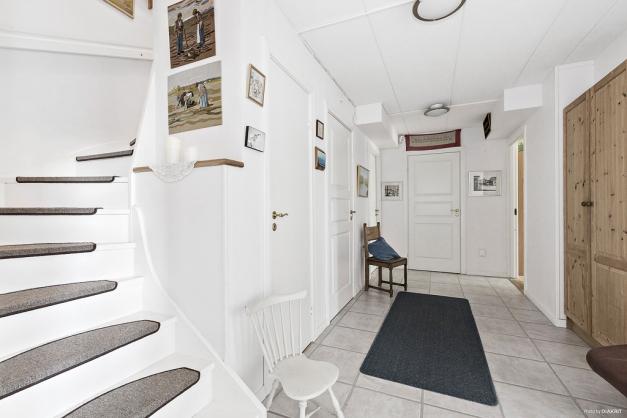 Hall med trappa upp till övervåningen