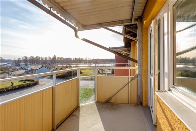 Välkommen till en fräsch bostadsrätt på 3:e våningen med centralt läge och stor balkong med utsikt över sjön Väringen!