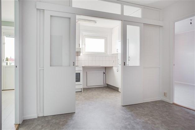 Hall/matrum med öppning mot köket.