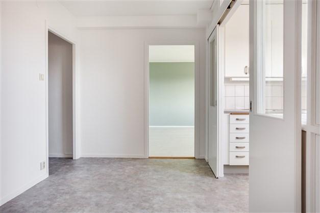 Hall/matrum med ljusa fräscha färger på golv och vägg.