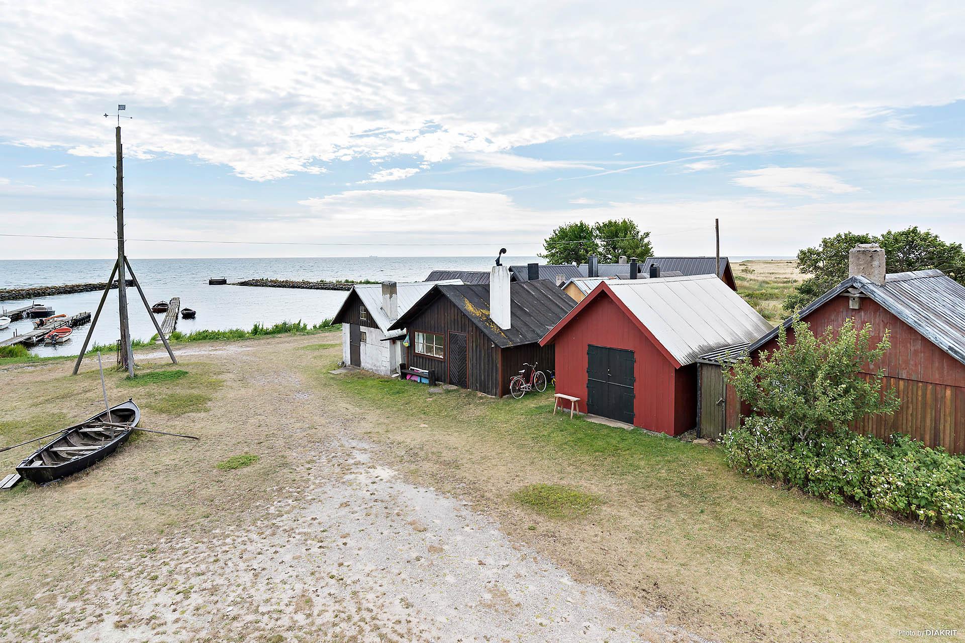 Pittoreska Djaupdy fiskeläge. Boden längst till höger är till salu.