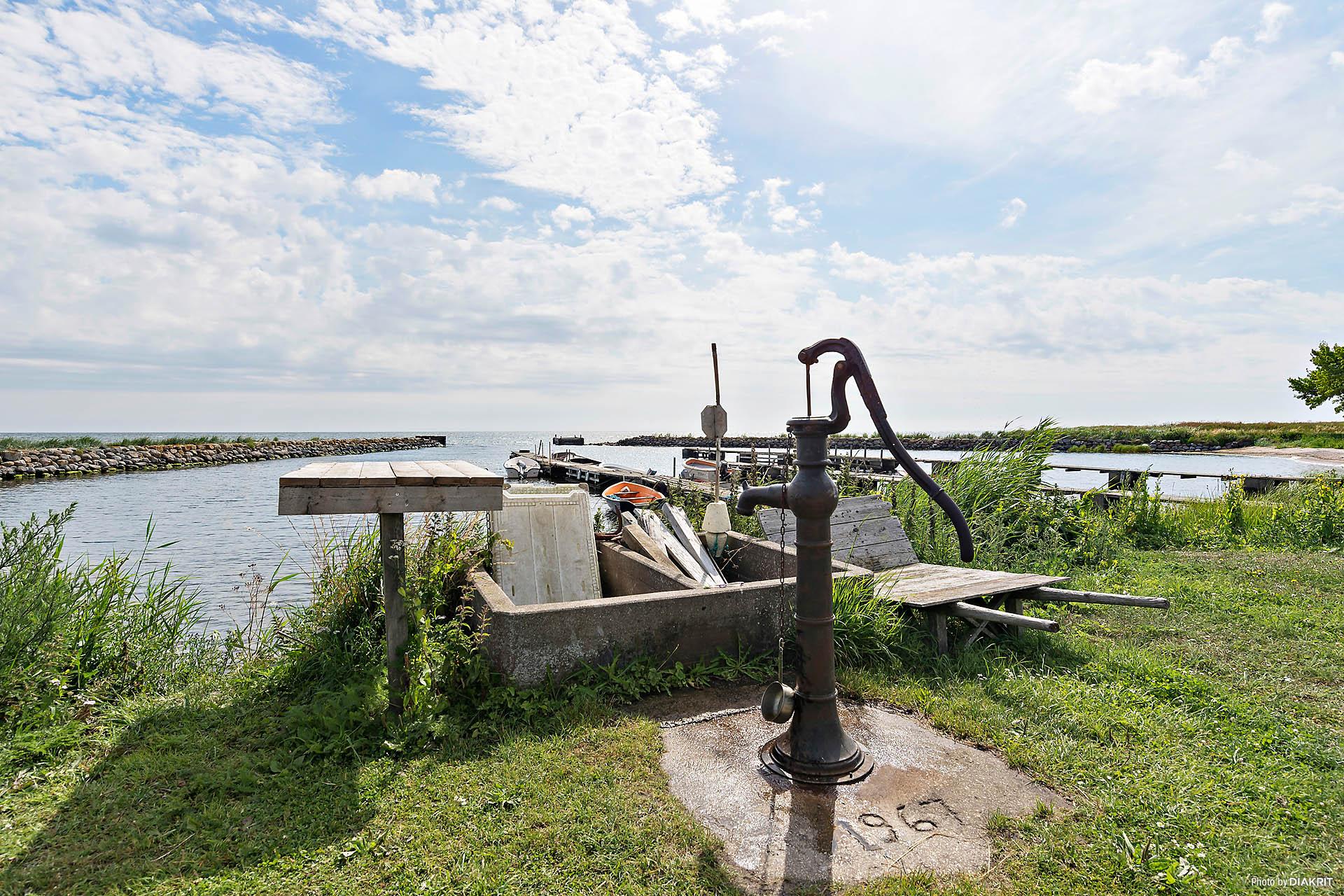Färskvatten pumpas för hand