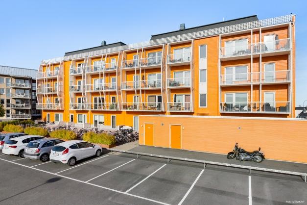 Föreningens innergård med parkering, cykelställ och soprum