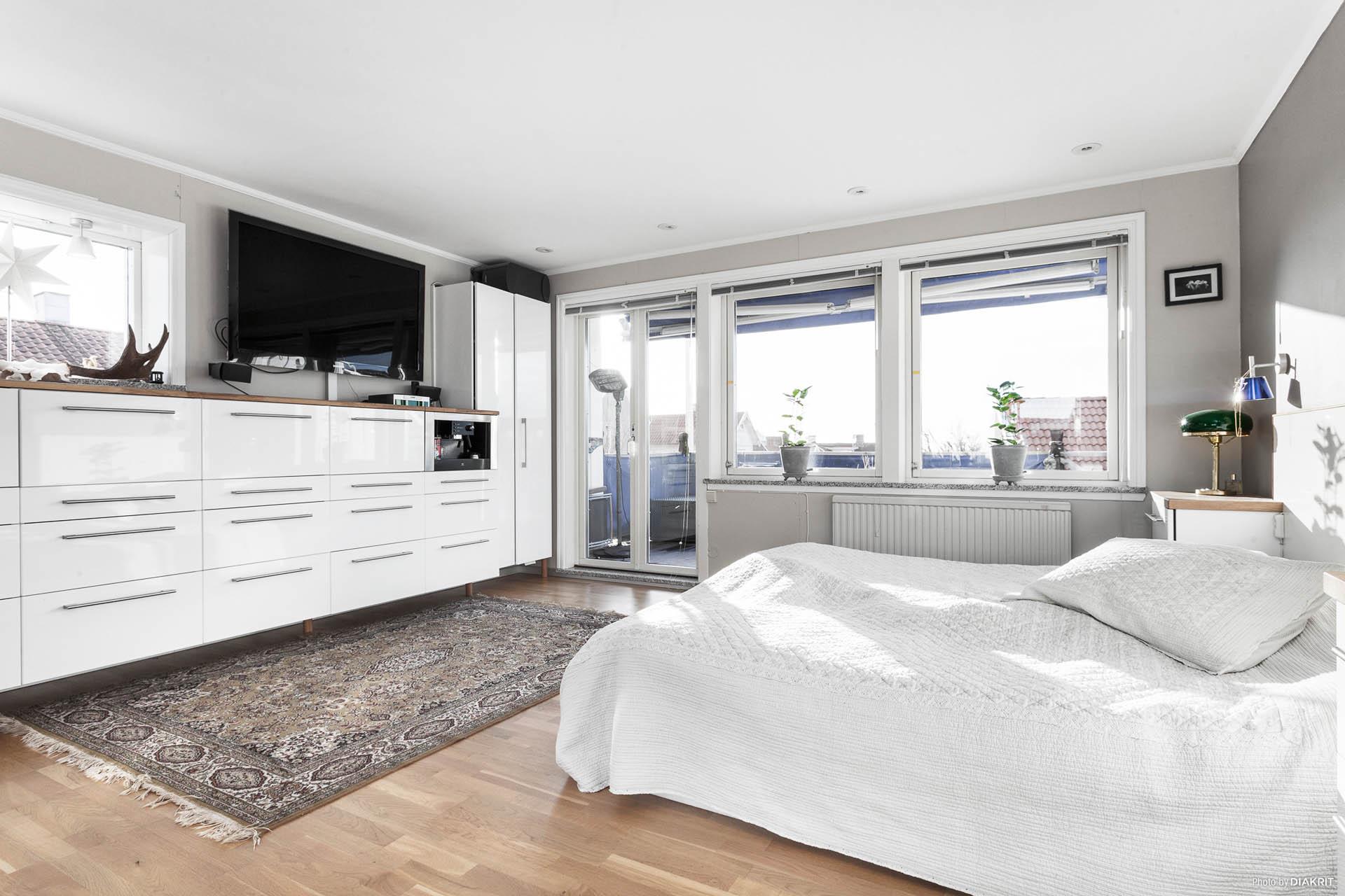 Mycket stort Master Bedroom med utgång till en fantastisk balkong med havsutsikt. Hyllsystem med inbyggd kaffemaskin.