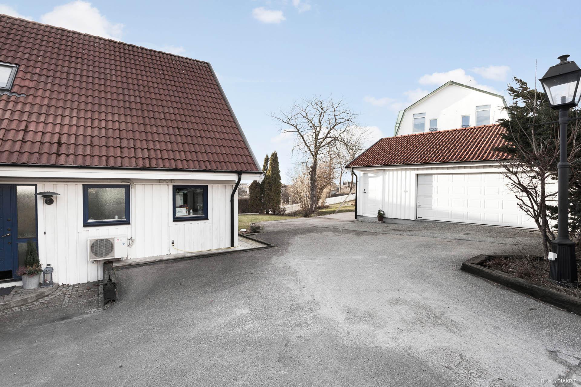 Hus med dubbelgarage samt förråd på tomten.