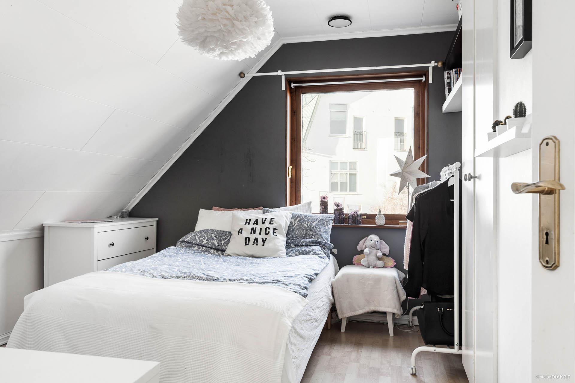 Sovrum 1, övre våningen.