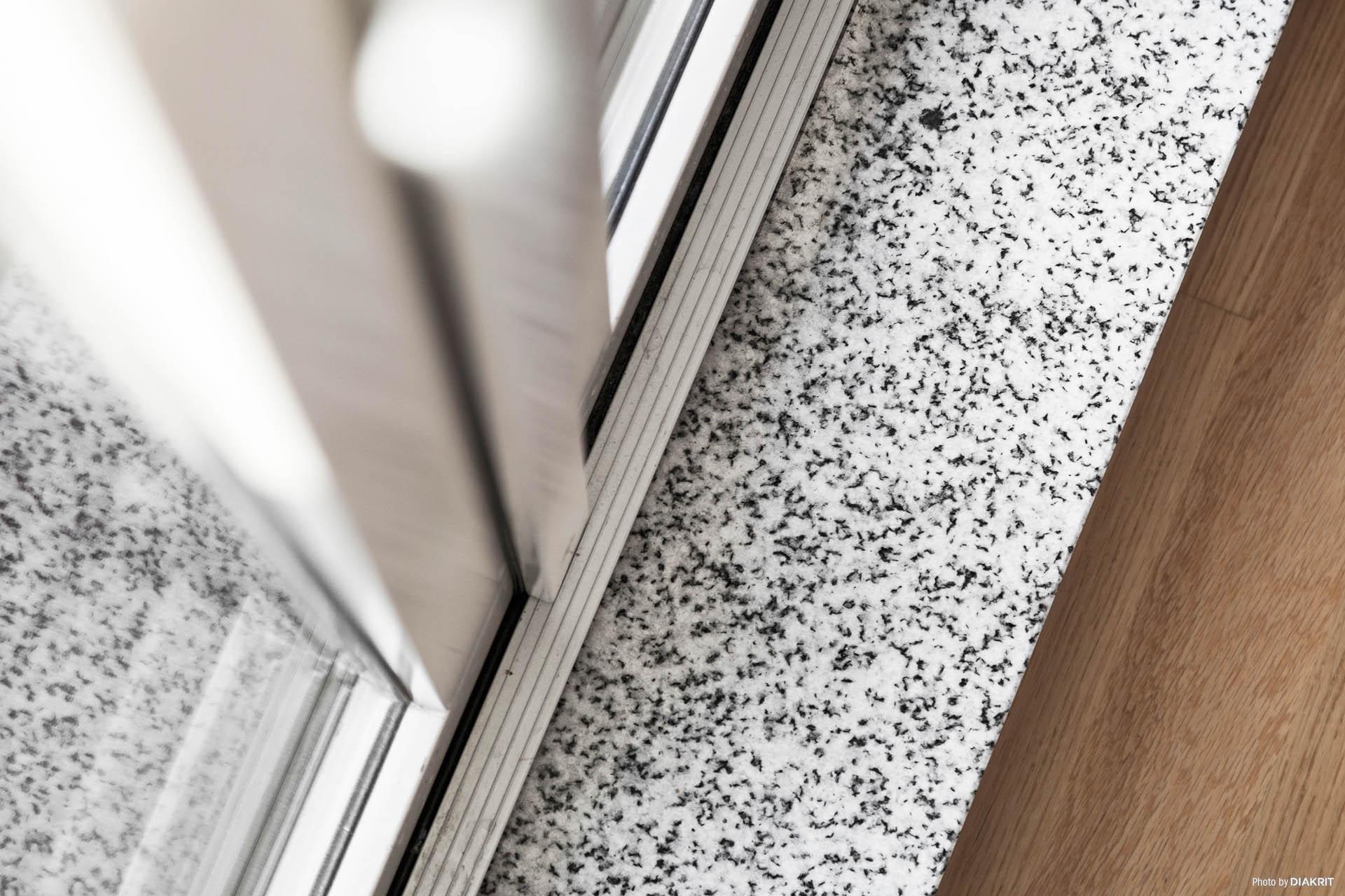 Fönsterbänkar av granit.