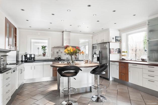 Modernt kök med all maskinell utrustning man kan önska.