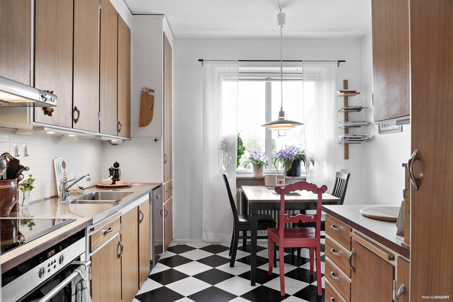 Charmigt 50-tals kök med plats för matbord.