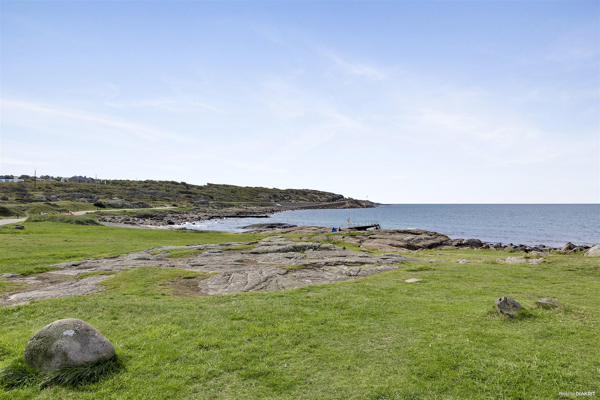 """Ett stenkast till """"Ankaret"""" och havet med sol, hav, salta bad och strandpromenaden."""