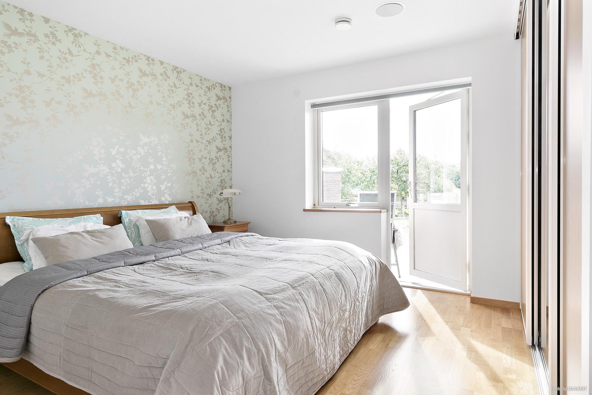 Sovrum med altandörr.