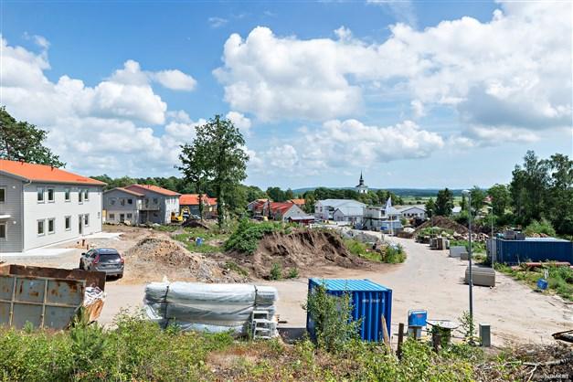 På denna plats kommer de nya husen och lägenheterna produceras. Beräknat tillträde sommaren 2019.
