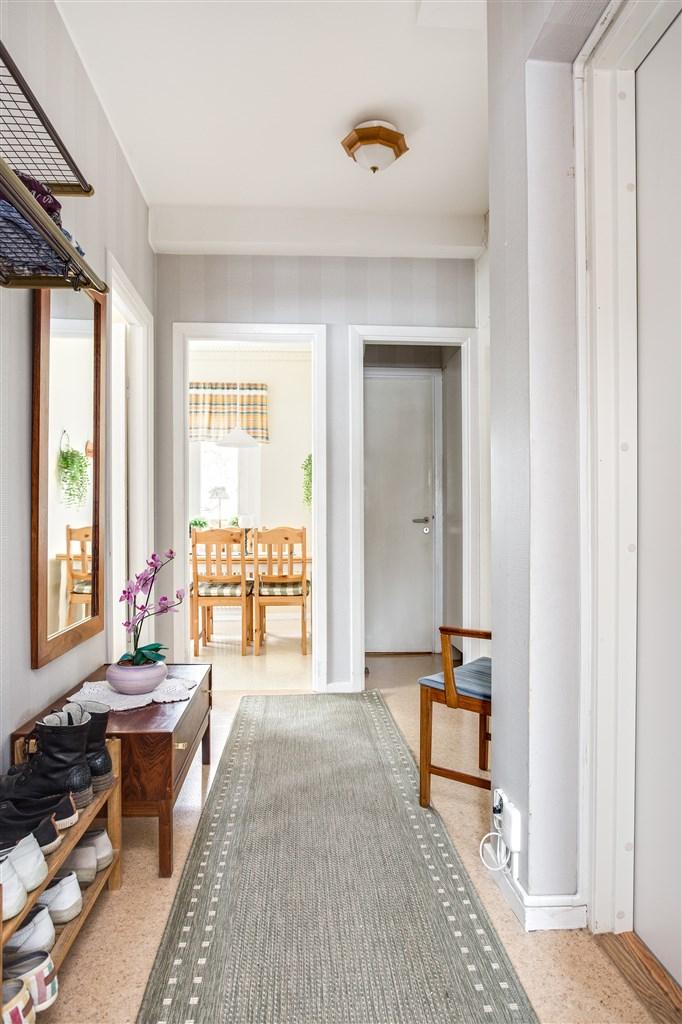 Hall med 2 garderober, 1 linneskåp med överskåp. I lilla passagen finns städskåpet.