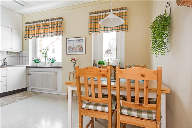 Kök med fönster in mot innergården.