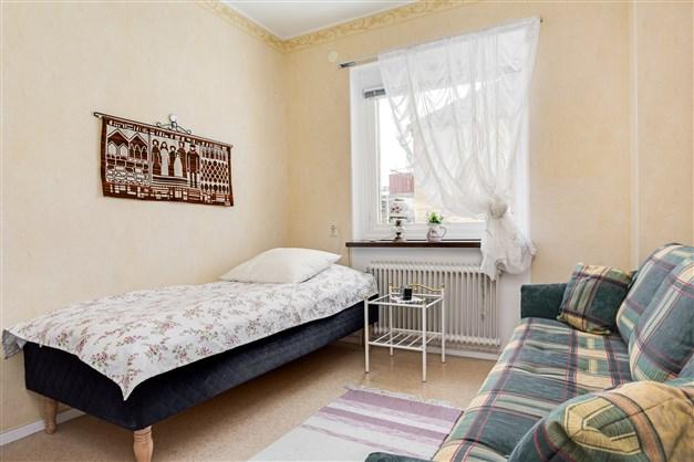 Sovrum med fönster på gaveln och 1 garderob.