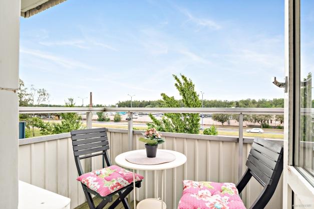 Trevlig möblerbar balkong i soligt läge