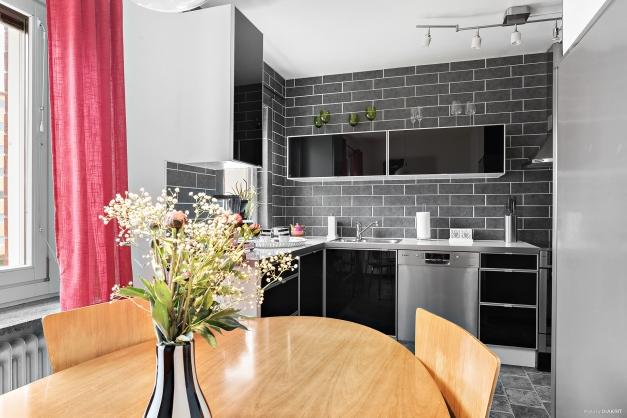 Matplats i kök med gott om sittplatser