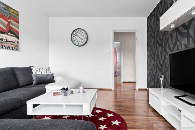Vardagsrum med vy mot hall/sovrum