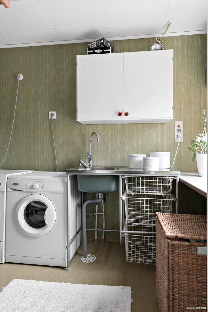 Tvättstuga med tvättmaskin, torktumlare och varmvattenberedare