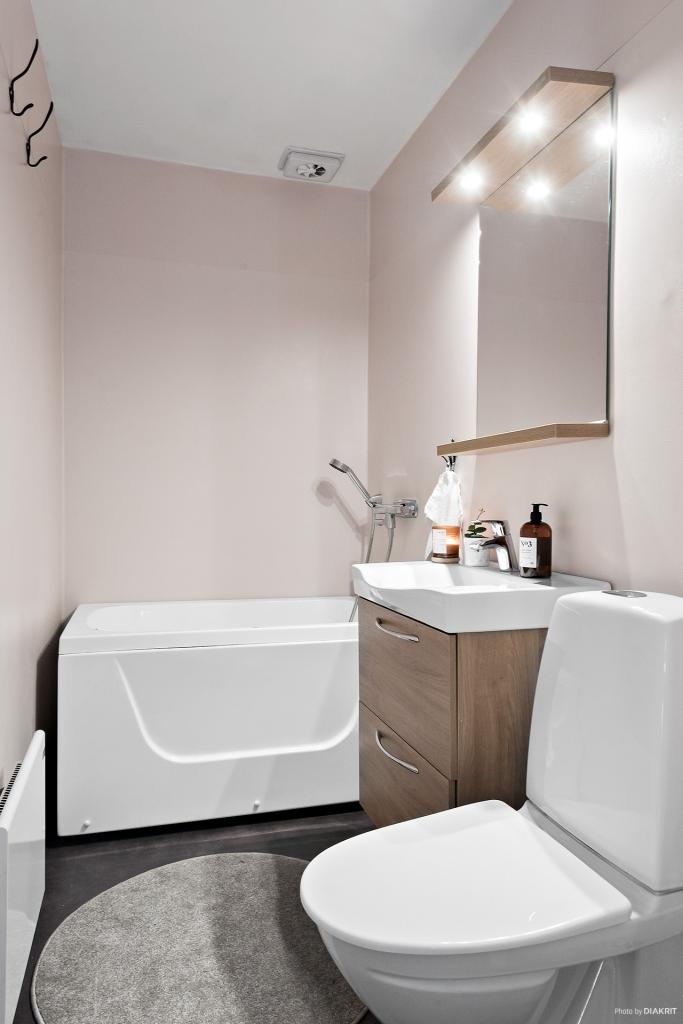 Fint badrum med badkar som renoverades 2015.
