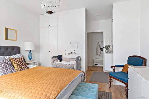 Flera inbyggda garderober i lägenheten.