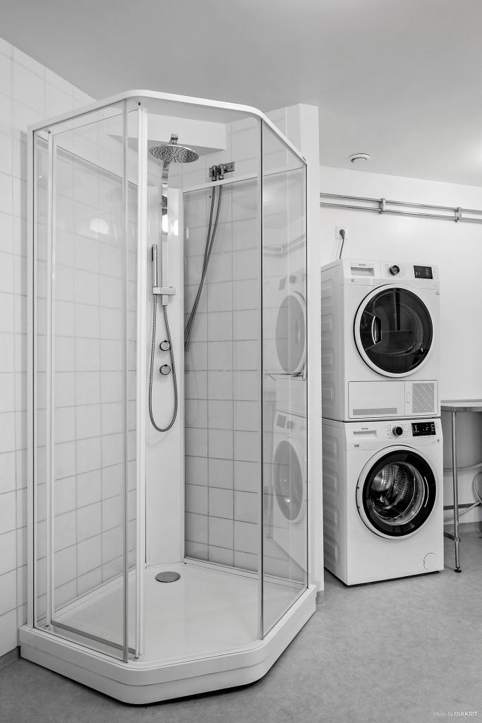 Badrummet har även en duschkabin samt goda tvätt & torkmöjligheter.